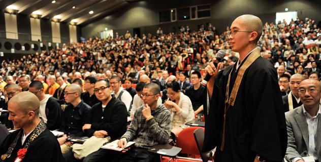 В Коясане Далай-лама говорил о необходимости совмещать духовное и материальное развитие
