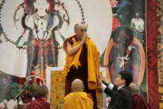 Дээрхийн гэгээнтэн Далай лам сүсэгтэн олонд ном айлдав. Улаанбаатар, Монгол. 2011 оны 11 сарын 8. Фото: Игорь Янчоглов