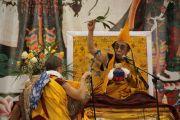 Дээрхийн гэгээнтэн Далай лам олон мянган бурханы шашинтан нарт Жанрайсиг бурханы авшиг хайрлав. Улаанбаатар, Монгол. 2011 оны 11 сарын 10. Фото: Игорь Янчоглов