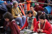 Буддисты слушают вступительную речь Его Святейшества Далай-ламы в первый день Калачакры-2012. Бодхгая, Индия. 1 января 2012. Фото: Игорь Янчеглов
