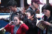 Паломники из разных стран мира стараются увидеть и услышать Его Святейшество Далай-ламу. Бодхгая, Индия. 1 января 2012. Фото: Игорь Янчеглов
