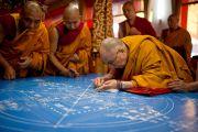 Его Святейшество Далай-лама насыпает первые песчинки мандалы Калачакры. Бодхгая, Индия. 2 января 2012. Фото: Тензин Чойджор (офис ЕСДЛ)