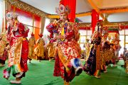 Монахи монастыря Намгьял исполняют ритуал очищения пространства перед начало построения мандалы Калачакры. Бодхгая, Индия. 2 января 2012. Фото: Тензин Чойджор (офис ЕСДЛ)