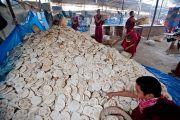 Свежеиспеченные лепешки, чтобы накормить более 200 тысяч человек, принимающих участие в учениях по Калачакре. Бодхгая, Индия. 7 января 2012. Фото: Тензин Чойджор (офис ЕСДЛ)