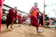 Монахи торопятся напоить чаем более 200 тысяч человек, принимающих участие в учениях по Калачакре. Бодхгая, Индия. 7 января 2012. Фото: Тензин Чойджор (офис ЕСДЛ)