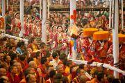 Тибетцы в традиционных народных костюмах совершают подношение песен во время исполнения ритуального танца Калачакры. Бодхгая, Индия. 7 января 2012. Фото: Тензин Чойджор (офис ЕСДЛ)