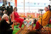 Ричард Гир обменивается шутками с Его Святейшеством Далай-ламй в перерыве интервью для канала NDTV. Бодхгая, Индия. 7 января 2012. Фото: Тензин Чойджор (офис ЕСДЛ)