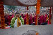 Тысячи людей собрались на молебен у ступы Махабодхи, который возглавил Его Святейшество Далай-лама и другие тибетские религиозные лидеры. Бодхгая, Индия. 6 января 2012. Фото: Тензин Чойджор (офис ЕСДЛ)