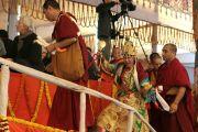 Кхадро ла однимается к трону Его Святейшества Далай-ламы во время молебна о его долголетии. 10 января 2012. Бодхгая, Индия. Фото: Игорь Янчеглов