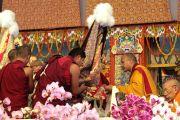 Оракул Гадона подносит церемониальный шарф (хадак) 17-му Кармапе, приглашая его к трону Его Святейшества Далай-ламы. 10 января 2012. Бодхгая, Индия. Фото: Игорь Янчеглов