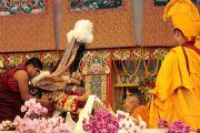 Оракул Гадона подносит церемониальный шарф (хадак) главе школы Гелуг Ризонгу Ринпоче, приглашая его к трону Его Святейшества Далай-ламы. 10 января 2012. Бодхгая, Индия. Фото: Игорь Янчеглов