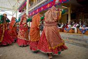 Выступление индийских танцовщиц во время приветственной церемонии в главном тибетском храме. Дхарамсала, Индия. 10 февраля 2012. Фото: Тензин Чойджор (офис ЕСДЛ)