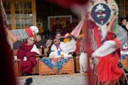 Его Святейшество Далай-лама и архиепископ Туту смотрят традиционное тибетское представление во время приветственной церемонии в главном тибетском храме. Дхарамсала, Индия. 10 февраля 2012. Фото: Тензин Чойджор (офис ЕСДЛ)