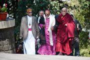 Епископ Саманата Рой, архиепископ Десмонд Туту и Его Святейшество Далай-лама идут в резиденцию Его Святейшества после приветственной церемонии в главном тибетском храме. Дхарамсала, Индия. 10 февраля 2012. Фото: Тензин Чойджор (офис ЕСДЛ)