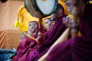 Монахи монастыря Намгьял во время молебна по случаю тибетского нового года на крыше главного тибетского храма. Дхарамсала, Индия. 22 февраля 2012. Фото: Тензин Чойджор (Офис ЕСДЛ)