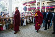 Его Святейшество Далай-лама приветствует собравшихся во дворе главного тибетского храма на молебен по случаю тибетского нового года. Дхарамсала, Индия. 22 февраля 2012. Фото: Тензин Чойджор (Офис ЕСДЛ)