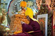 Его Святейшество Далай-лама во время молебна по случаю тибетского нового года в главноом тибетском храме. Дхарамсала, Индия. 22 февраля 2012. Фото: Тензин Чойджор (Офис ЕСДЛ)
