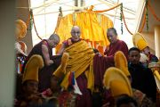Его Святейшество Далай-лама спускается из верхней части храма, чтобы начать учения по Джатакам. Дхарамсала, Индия. 8 марта 2012 г. Фото: Тензин Чойджор (Офис ЕСДЛ)