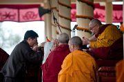 Перед началом учений по Джатакам Лобсанг Сенге, глава Центральной тибетской администрации, совершает традиционные подношения Его Святейшеству Далай-ламе. Дхарамсала, Индия. 8 марта 2012 г. Фото: Тензин Чойджор (Офис ЕСДЛ)