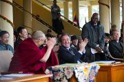На торжественной церемонии, посвященной 53-й годовщине Тибетского народного восстания. Его Святейшество Далай-лама благодарит депутата итальянского праламента Джанни Вернетти за поддержку Тибета. Дхарамсала, Индия. 10 марта 2012 г. Фото: Тензин Чойджор (Офис ЕСДЛ)