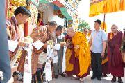 По окончании учений в монастыре Сангто Пелри в Ревалсаре (Цо Пема) Его Святейшество Далай-лама приветствует своих последователей, пришедших из Бутана. Штат Химчмл-Прадеш, Индия. 2 апреля 2012. Фото: Тензин Чойджор (Офис ЕСДЛ)