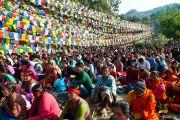 Тысячи людей пришли на берег озера Ревалсар (Цо Пема), чтобы послушать учения Его Святейшества Далай-лама. Штат Химчмл-Прадеш, Индия. 2 апреля 2012. Фото: Тензин Чойджор (Офис ЕСДЛ)