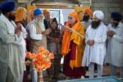 Его Святейшество Далай-лама посетил сикхский храм в Ревалсаре (Цо Пема). Штат Химачал-Прадеш, Индия. 3 апреля 2012 г. Фото: Тензин Чойджор (Офис ЕСДЛ)