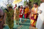 Его Святейшество Далай-лама направляется в небольшой индуисткий храм в Ревалсаре (Цо Пема). Штат Химачал-Прадеш, Индия. 3 апреля 2012 г. Фото: Тензин Чойджор (Офис ЕСДЛ)