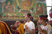На учениях Его Святейшества Далай-ламы в монастыре Чиме Гастал Линг в Сидхбари. Штат Химачал-Прадеш, Индия. 4 апреля 2012. Фото: Тензин Чойджор (Офис ЕСДЛ)