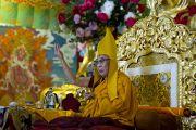 Его Святейшество Далай-лама во время церемонии подношения молебна о долголетии в монастыре Чиме Гастал Линг в Сидхбари. Штат Химачал-Прадеш, Индия. 4 апреля 2012. Фото: Тензин Чойджор (Офис ЕСДЛ)