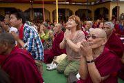 На учения Его Святейшества Далай-ламы в монастыре Чиме Гастал Линг собрались несколько тысяч человек. Штат Химачал-Прадеш, Индия. 4 апреля 2012. Фото: Тензин Чойджор (Офис ЕСДЛ)