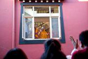 Его Святейшество Далай-лама приветсвтует людей, пришедших послушать его учения в монастыре Чиме Гастал Линг в Сидхбари. Штат Химачал-Прадеш, Индия. 4 апреля 2012. Фото: Тензин Чойджор (Офис ЕСДЛ)