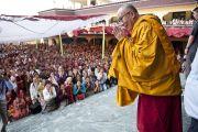 Его Святейшество Далай-лама приветствует людей, пришедших послушать его учения в монастыре Чиме Гастал Линг в Сидхбари. Штат Химачал-Прадеш, Индия. 4 апреля 2012. Фото: Тензин Чойджор (Офис ЕСДЛ)