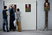 Молодые люди расклеивают плакаты с объявлением о Европейском митинге солидарности с Тибетом, который состоится в Вене 26 мая. Клагенфурт, Австрия. 18 мая 2012 г. Фото: Тензин Чойджор (Офис ЕСДЛ)