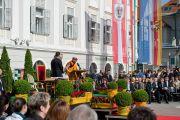Его Святейшество Далай-лама обращается к жителям города на площади перед ратушей. Клагенфурт, Австрия. 18 мая 2012 г. Фото: Тензин Чойджор (Офис ЕСДЛ)