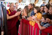 Его Святейшество Далай-лама приветствует слушателей, собравшихся на лекцию. Клагенфурт, Австрия. 20 мая 2012 г. Фото: Тензин Чойджор (Офис ЕСДЛ)