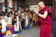 Представители тибетского сообщества встречают Его Святейшество Далай-ламу у его гостиницы в Зальцбурге, Австрия. 20 мая 2012 г. Фото: Тензин Чойджор (Офис ЕСДЛ)