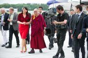 В аэропорту Зальцбурга Его Святейшество Далай-ламу встречала губернатор Габи Бургшталлер. Зальцбург, Австрия. 20 мая 2012 г. Фото: Тензин Чойджор (Офис ЕСДЛ)