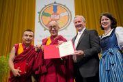 Губернатор Каринтии Герхард Дерфлер вручил Его Святейшеству Далай-ламе золотую медаль Каринтии. Клагенфурт, Австрия. 20 мая 2012 г. Фото: Тензин Чойджор (Офис ЕСДЛ)
