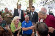 Его Святейшество Далай-лама общается с местными жителями по дороге на пристань. Клагенфурт, Австрия. 20 мая 2012 г. Фото: Тензин Чойджор (Офис ЕСДЛ)