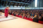 """Его Святейшество Далай-лама приветствует аудиторию перед началом лекции """"Искусство быть счастливым"""". Клагенфурт, Австрия. 20 мая 2012 г. Фото: Тензин Чойджор (Офис ЕСДЛ)"""