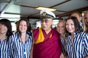 Его Святейшество Далай-лама позирует для фотографии с сотрудниками порта Клагенфурта. Клагенфурт, Австрия. 20 мая 2012 г. Фото: Тензин Чойджор (Офис ЕСДЛ)