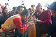Возле гостиницы Его Святейшеству Далай-ламе сделали традиционные тибетские подношения. Вена, Австрия. 25 мая 2012 г. Фото: Тензин Чойджор (Офис ЕСДЛ)