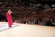Его Святейшество Далай-лама приветствует слушателей, пришедших в спорткомплекс Vienna Stadthalle на лекцию «За пределами религии - этика и общечеловеческие ценности в современном обществе». Вена, Австрия. 25 мая 2012 г. Фото: Тензин Чойджор (Офис ЕСДЛ)