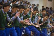 Ученики тибетской детской деревни демонстрируют Его Святейшеству Далай-ламе свои навыки ведения философского диспута. Дхарамсала, Индия. 3 июня 2012 г. Фото: Тензин Чойджор (Офис ЕСДЛ)