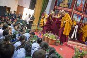 Его Святейшество Далай-лама разговаривает с одним из учеников Тибетской детской деревни в первый день учений для молодых тибетцев. Дхарамсала, Индия. 1 июня 2012 г. Фото: Тензин Чойджор (Офис ЕСДЛ)