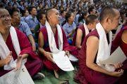 По окончании учений для тибетской молодежи в Тибетской детской деревне монахи, закончившие обучение в рамках программы «Научная инициатива ЭмориТибет», получили сертификаты из рук Его Святейшества Далай-ламы и вице-президента университета Эмори Гари Хока. Дхарамсала, Индия. 3 июня 2012 г. Фото: Тензин Чойджор (Офис ЕСДЛ)