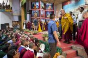 Его Святейшество Далай-лама прощается с аудиторией по окончании трехдневных учений для тибетской молодежи в Тибетской детской деревне. Дхарамсала, Индия. 3 июня 2012 г. Фото: Тензин Чойджор (Офис ЕСДЛ)