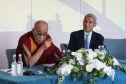 Его Святейшество Далай-лама на пресс-конференции в Манчестере перед поездкой в Лидс. Великобритания. 15 июня 2012 г. Фото: Джереми Рассел (Офис ЕСДЛ)