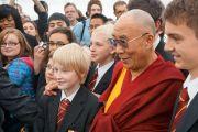 Его Святейшество Далай-лама здоровается со школьниками перед началом бизнес-конференции в Лидсе, Великобритания. 15 июня 2012 г. Фото: Джереми Рассел (Офис ЕСДЛ)